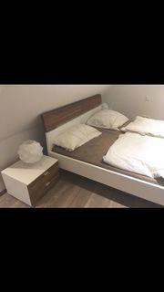 Bett mit Nachtkästchen