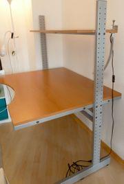 Schreibtisch mit integriertem Regal und
