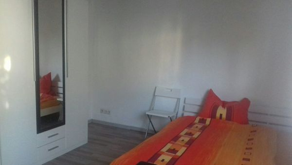 Helles neu renoviertes möbliertes Zimmer