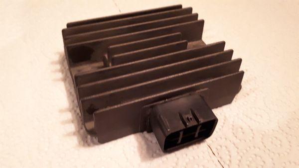 Kawasaki Versys 650 ER6 VN KLE Gleichrichter Spannungsregler Regler Limaregler Lichtmaschinenregler - Altdorf - Kawasaki, Versys ER6 KLE VN, 47,1 kW, 8836 km, EZ 05/2009. Zu verkaufen ein sehr gut erhaltener Lichtmaschinenregler/Gleichrichter für Kawasaki Versys 650 oder ER6 eventuell auch noch andere. Fabrikat Tourmax RGU 417. Kontakt frei von jeder Oxi - Altdorf