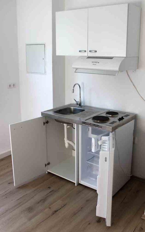 Singleküche mit kühlschrank  Single Küche mit Kühlschrank Hängeschrank Wasserhahn Abzugshaube in ...