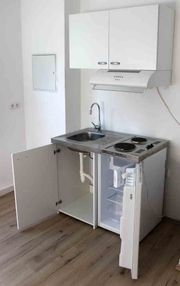 Single Küche mit Kühlschrank Hängeschrank