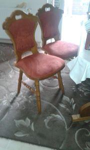 4 Stühle und ein Tisch