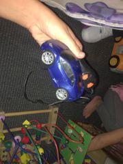Elektrischer Hase und Spielzeugauto