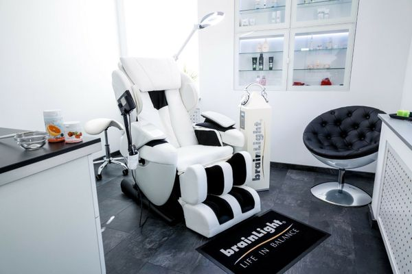 brainLight relaxTower mit Shiatsu-Massagesessel 3D