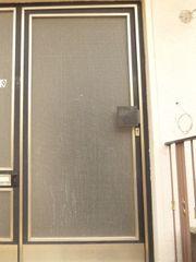Haustür Metallhaustür und kleines Fenstergitter