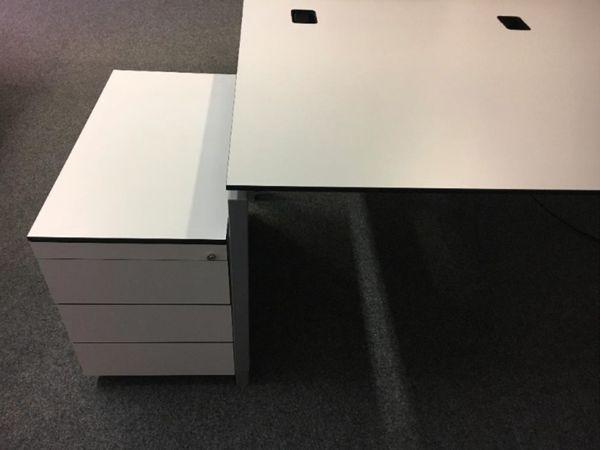 Büromöbel Schreibtische (Planmöbel), auf Wunsch mit Rollcontainer in ...