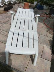 Gartenliege, -Stühle, Tisch