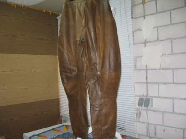 Achtung Lederladys aufgepaßt Ausgeflippte Lederhose