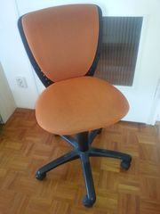 Drehstuhl Farbe terracotta orange schwarz
