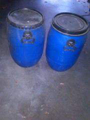 2 Kunststoff-Fässer