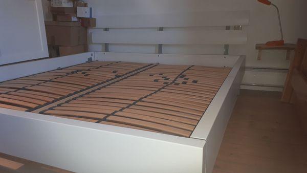Weisses Massives Doppelbett 180x200 Inkl Lattenrost Und Nachttisch