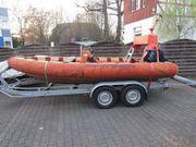 Sportboot mit Festrumpf und Mittelsteuerstand