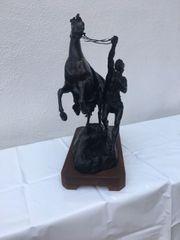 Skulptur aufsteigendes Pferd mit Pferdebändiger