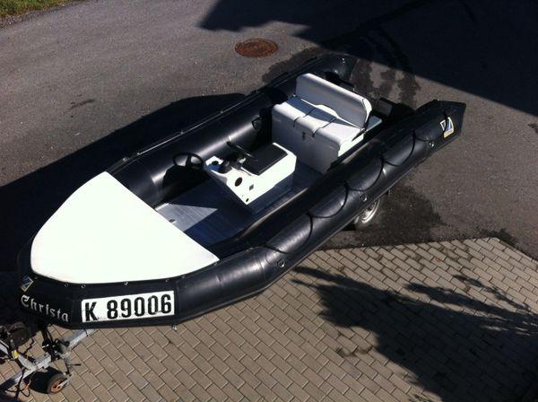 Zodiac 530 Heavy Duty Schlauchboot - Eisenhüttenstadt - Das Boot:Zodiac CEDEX Havy Duty ( ex Wasserrettungsboot )Länge 5.30 MBreite 2,14 MZugelassen für 12 PersonenBaujahr 1995AllubodenIntergrierte Jockeysitz mit Steuerkonzole und Kommandopost.Doppelsitz mit Stauraum und BatteriekastenVor - Eisenhüttenstadt