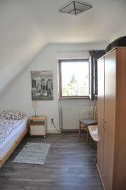 Schön und zweckmäßig möbliertes Zimmer