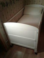Weisses Kinderbett mit Matratze