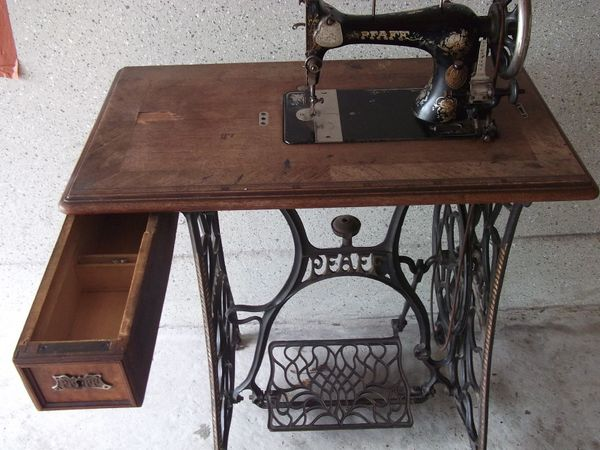tisch f r n hmaschine home ideen. Black Bedroom Furniture Sets. Home Design Ideas