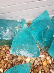 Stumpf gebrochene Glassteine,