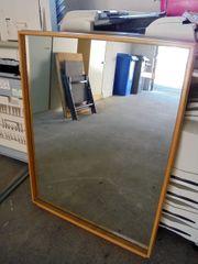 grosser Spiegel mit Holzrahmen