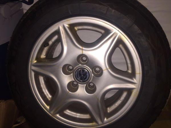 VW Allureifen 205/65R15 99H XL M+ S - Erlangen Zentrum - 1x 205/65 R15, für VW & co.Zum Verkauf steht hier ein Autoreifen mit dem VW-Logo.Der Reifen ist noch gut fahrbar, wenig Gebrauchsspuren. Wird nur nicht mehr verwendet, da das Auto verkauft wurde.Preis ist verhandelbar. - Erlangen Zentrum