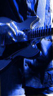 Gitarrenlehrer erteilt Gitarrenunterricht