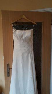 Weißes Brautkleid in