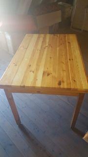 Tisch mit Sessel -