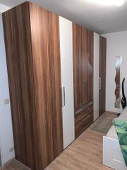 Großer Kleiderschrank in Nussbaum-Optik Weiß