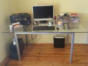 Glastisch und Bürostuhl